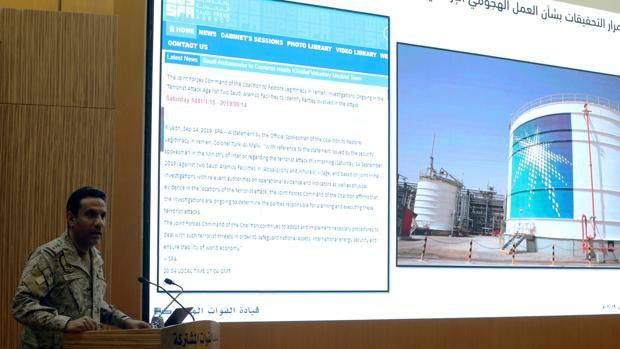 El coronel Turki Al-Malik, portavoz de la coalición saudí, en una rueda de prensa en una refinería de Aramco