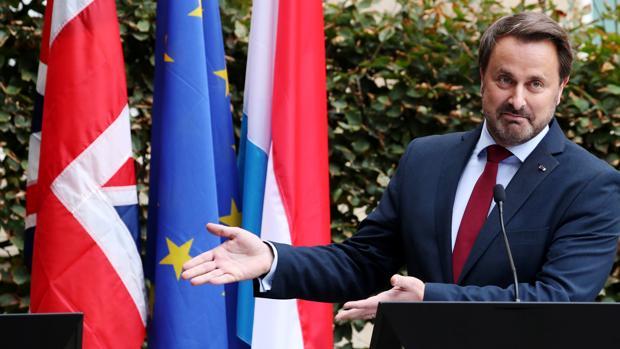 El primer ministro de Luxemburgo, Xavier Bettel, señala a la tribuna que debía ocupar Johnson