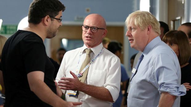 El padre de una niña enferma conversa con Boris Johnson