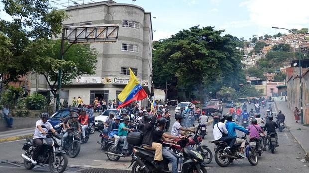 Motoristas simpatizantes del Gobierno chavista impidieron que el presidente encargado Juan Guaidó realizara un acto en el barrio caraqueño del Guarataro
