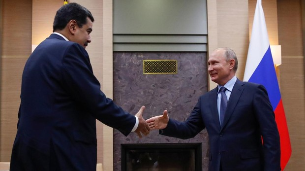 El líder chavista, Nicolás Maduro, estrecha la mano del presidente de Rusia, Vladímir Putin