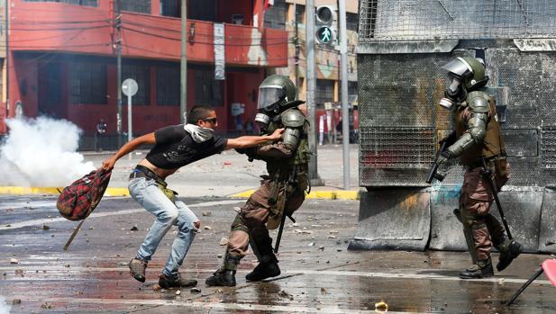 Evacúan el Congreso de Chile ante los disturbios