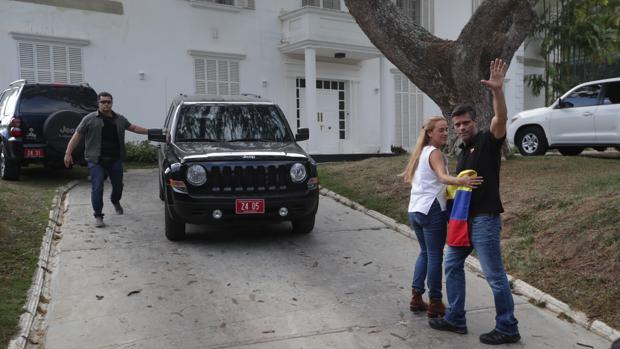 Leopoldo López y su esposa saludan desde la residencia del embajador español