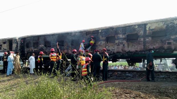 Al menos 73 muertos por la explosión de una bombona de gas en un tren en Pakistán