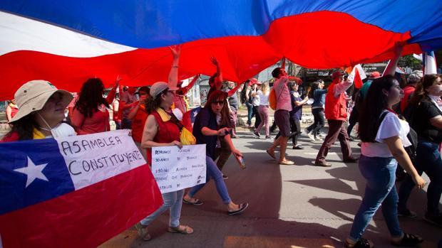 Un grupo de chilenos se manifiesta contra el gobierno de Sebastián Piñeira