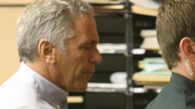 Acusan a dos guardias de falsificar registros vinculadas con el suicidio de Jeffrey Epstein