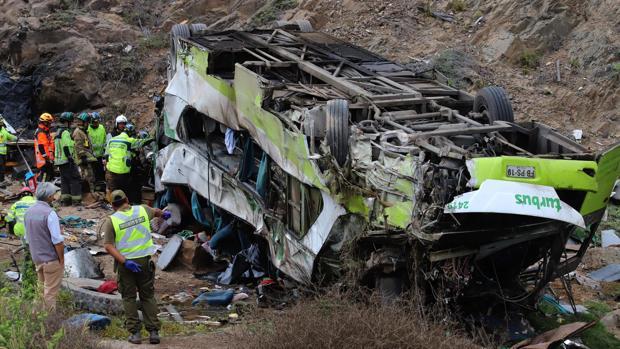 Al menos 21 muertos al caer un autobús por un barranco en Chile