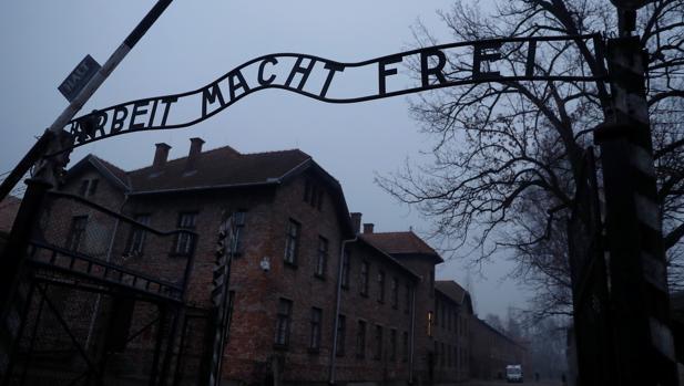 Merkel visita Auschwitz con una donación de 60 millones de euros