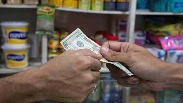 La dolarización impulsada por Maduro profundiza la pobreza de los venezolanos