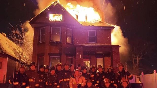 El polémico selfi de un grupo de bomberos de Detroit ante una casa en llamas