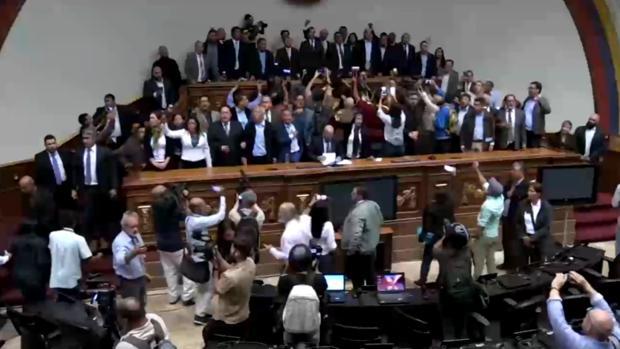En directo: Guaidó entra en la Asamblea Nacional para tomar posesión de la presidencia