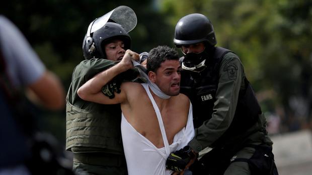 Las fuerzas del régimen de Maduro detienen a un manifestante en una imagen de archivo