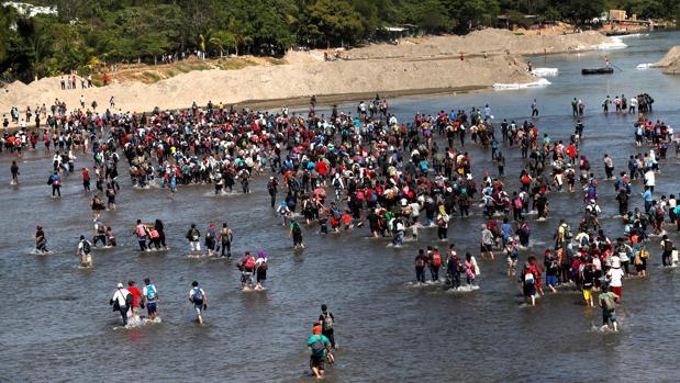 Cientos de inmigrantes cruzan en masa el río entre Guatemala y México pese al rechazo de las autoridades