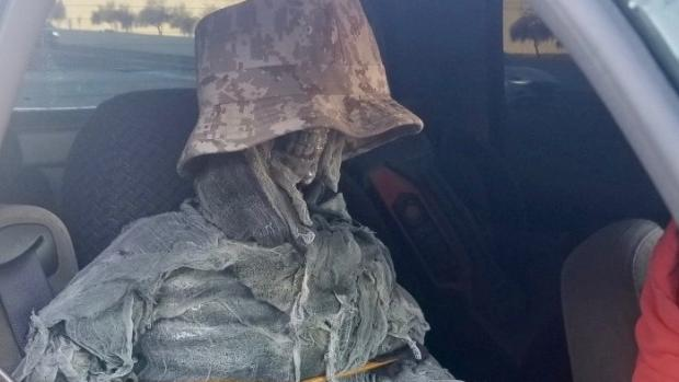 Detienen a un conductor que usó un esqueleto falso como pasajero para circular por el carril VAO