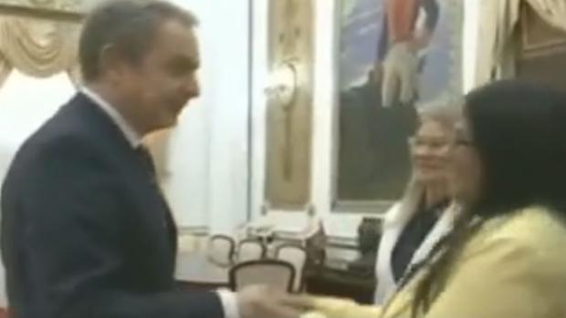 Zapatero da oxígeno al falso diálogo chavista con la oposición en pleno «Delcygate»