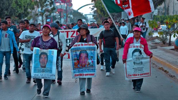 La policía mexicana dispersa con gases a los padres de los 43 de Ayotzinapa durante una manifestación