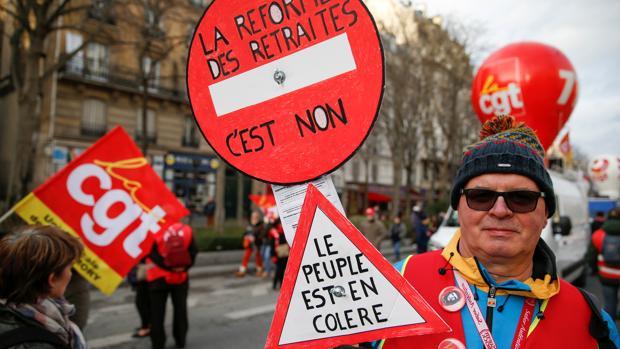 Macron tendrá que recurrir a un decretazo para salvar su reforma de pensiones de 40.000 enmiendas