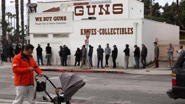 Se dispara la compra de armas en EE.UU. por temor al caos durante la pandemia de coronavirus