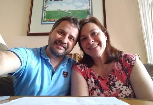 Laura Gabaroni y su marido, Juan Huergo, dos de los pasajeros del crucero Zaandam transferidos al Rotterdam, en una imagen difundida por la mujer