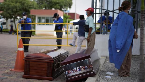 Abandono de cadáveres en las calles y en las casas de Guayaquil por la expansión del coronavirus