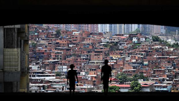 Dos bandas criminales se disputan a tiros el control de Petare, el barrio popular más grande de América Latina