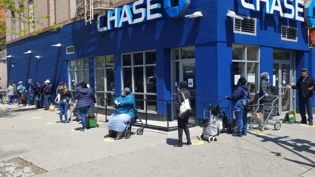 Gente haciendo cola para recoger comida en la ciudad de Nueva York