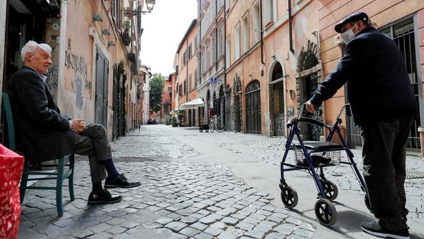 Los expertos advierten a Italia: «No es suficiente guardar un metro de distancia en lugares cerrados y zonas de riesgo»