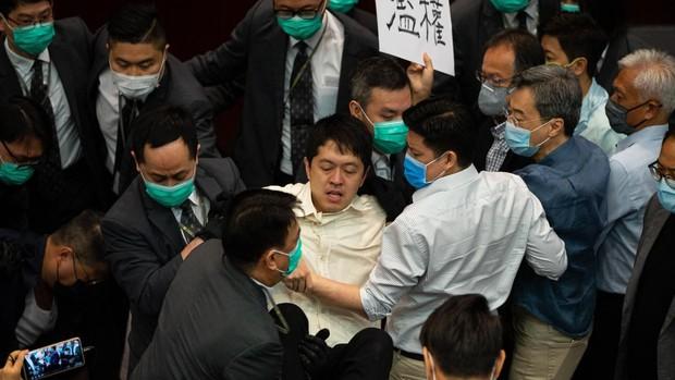 Vuelven los incidentes violentos al Parlamento de Hong Kong tras el control del coronavirus