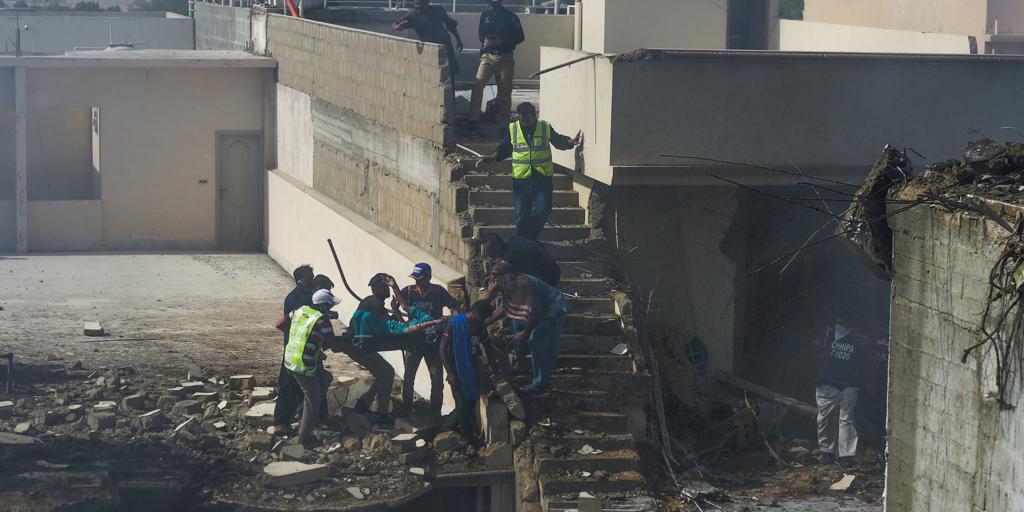 Al menos 54 muertos y tres supervivientes tras estrellarse un avión en Pakistán con casi cien personas