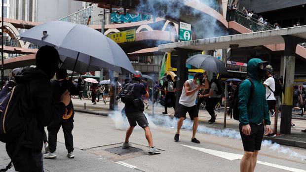 La policía china lanza gases lacrimógenos para disolver las manifestaciones contra la nueva ley de seguridad