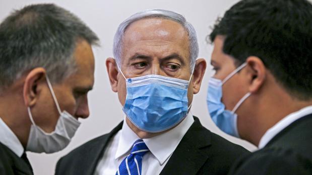 Netanyahu arremete contra la Justicia, los medios y la Policía en la primera sesión de su juicio por corrupción