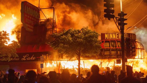 Noche de saqueos, incendios y destrucción de tiendas en EE.UU. por la muerte de un hombre negro