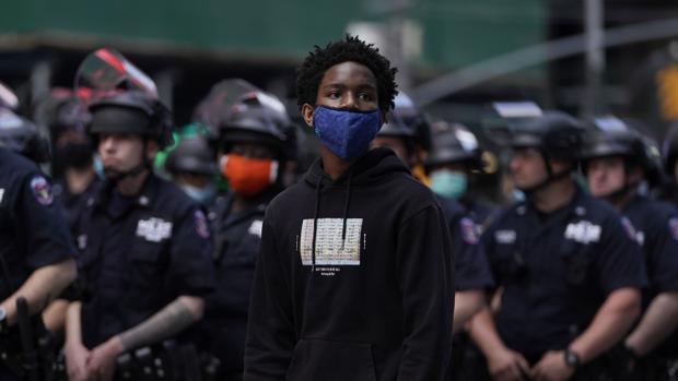 Nueva York decreta toque de queda y dobla la presencia policial por las protestas
