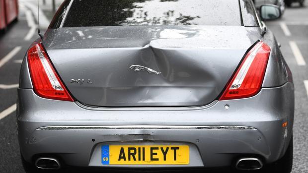El coche de Boris Johnson sufre un accidente por culpa de un manifestante en las afueras del Parlamento