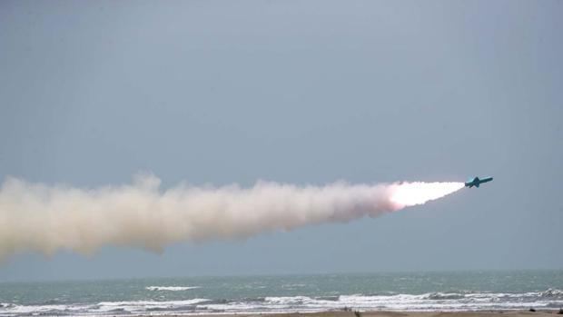 Irán prueba con éxito un misil de última generación en el Golfo de Omán