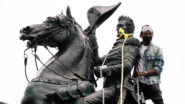 Trump prepara un decreto para endurecer las penas contra quienes derriben o vandalicen estatuas