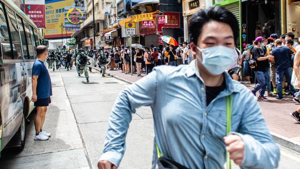Un manifestante hongkonés que apuñaló a un policía, detenido en un avión con destino al Reino Unido