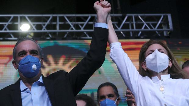 El opositor Abinader lidera el recuento electoral en República Dominicana y...