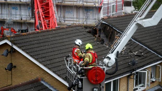 Una grúa de 20 metros se desploma sobre unas viviendas en Londres y deja a personas atrapadas