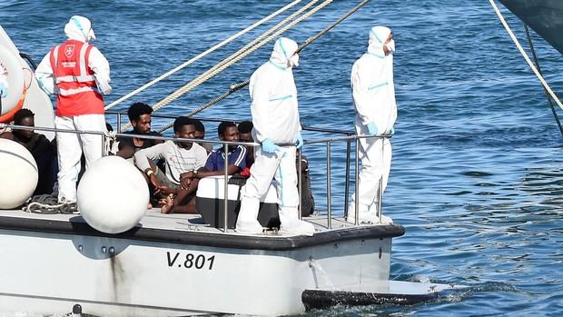 Italia envía barcos militares a Sicilia y Lampedusa ante la saturación de los centros de inmigrantes