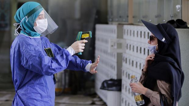 Cada siete minutos muere una persona por coronavirus en Irán, según la televisora estatal