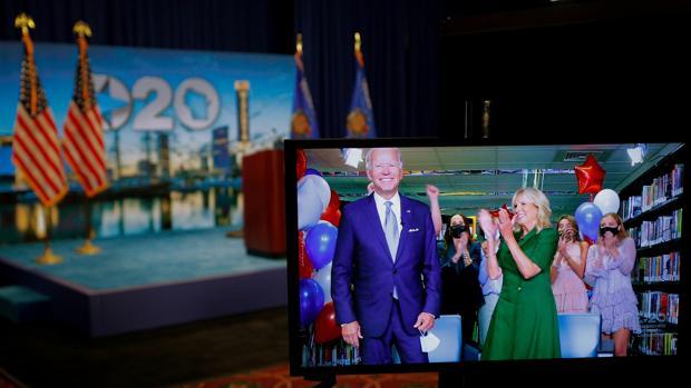 Joe Biden, aplaudido por su esposa Jill en un vídeo proyectado durante la convención demócrata