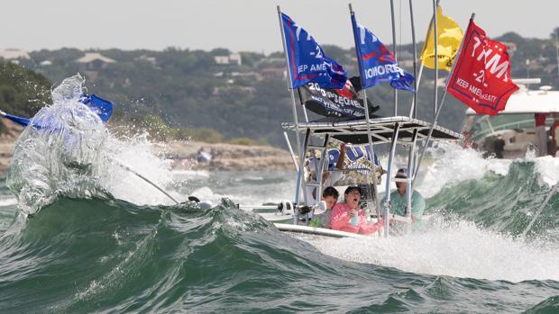 Naufragan varias embarcaciones durante un desfile naval en apoyo a Trump en un lago de Texas