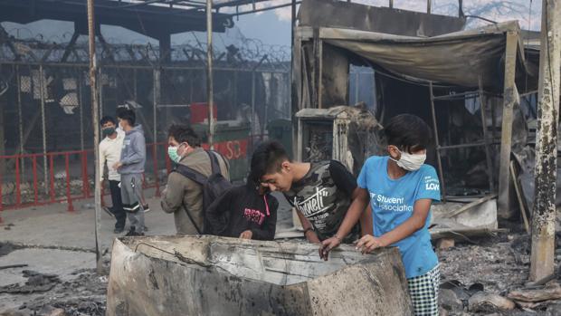 Arrestados cinco de los seis jóvenes afganos que quemaron el centro de acogida de Moria