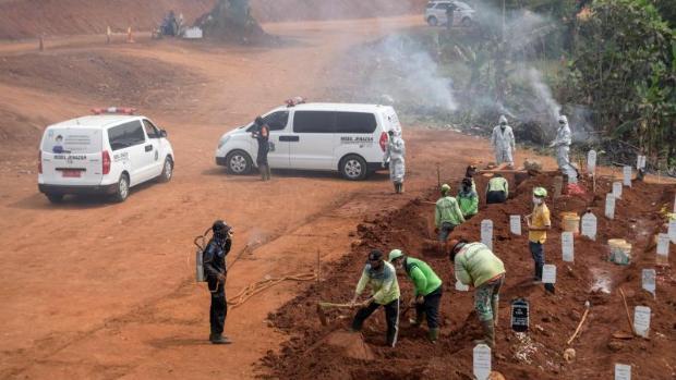 Indonesia condena a los que no lleven mascarilla a cavar tumbas para los muertos por coronavirus