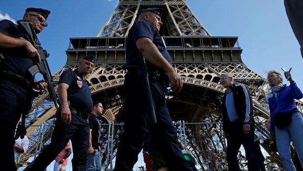 Evacuan la Torre Eiffel por una posible amenaza de bomba