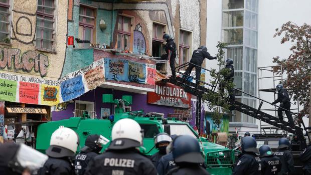 Noche de violencia y llamas en el centro de Berlín por el desalojo de un edificio okupa