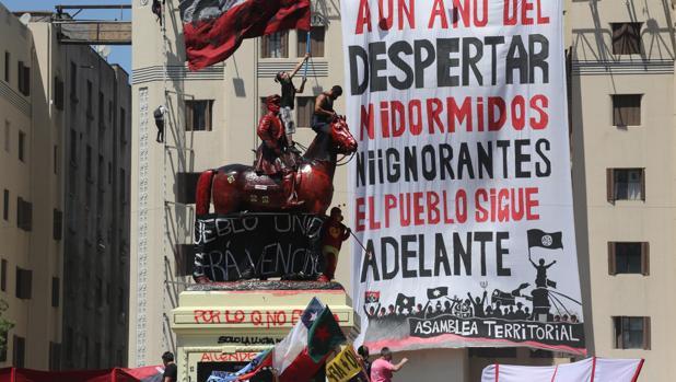 Miles de manifestantes salen a la calle para celebrar el aniversario del estallido social en Chile