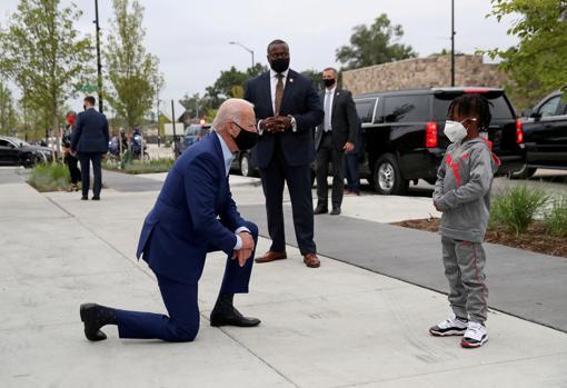 El ahora presidente electo habla con CJ Brown en Detroit, el pasado septiembre