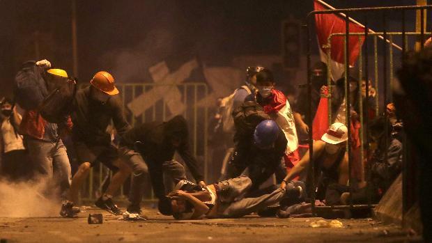 Dos muertos en las protestas contra el presidente peruano Merino